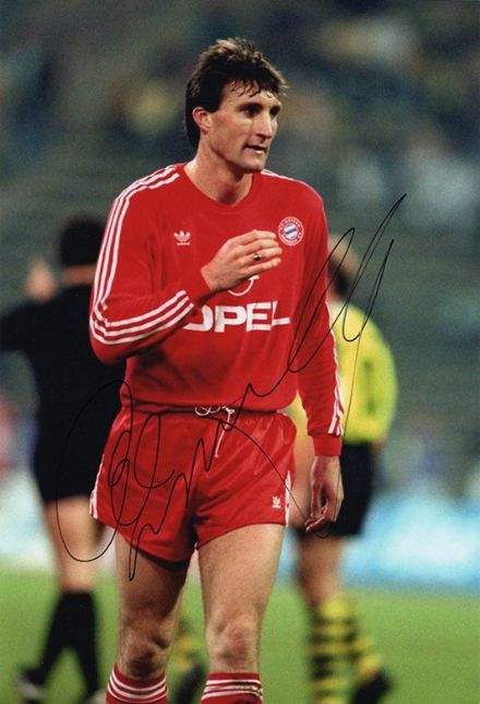Alan McInally, Bayern Munich, signed 12x8 inch photo.